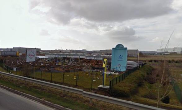 Une piscine debout (Google Street View)